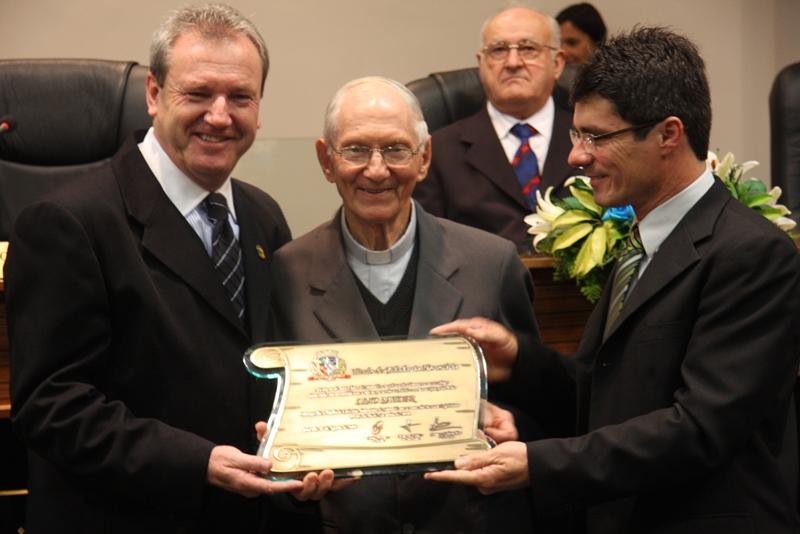 Câmara dos Vereadores homenagea paróquia Santo Antônio e Pe. Lino Satler
