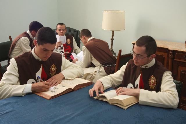 Seminario_seminaristas_Arautos_Vida_cotidiana_Leitura_Hábitos