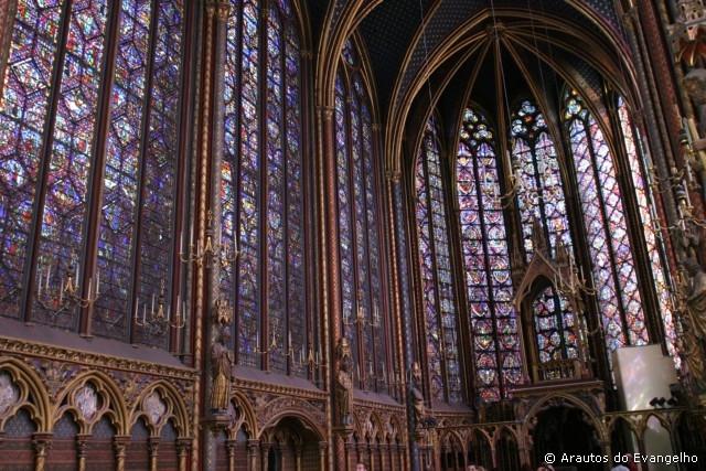 "Igreja construída na chamada ""Idade das trevas"", Sainte Chapelle, Paris."