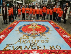 Arautos do Evangelho participam da confecção do tapete de Corpus Christi
