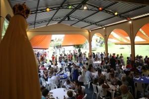 Almoço beneficente na casa dos arautos reúne centenas de pessoas
