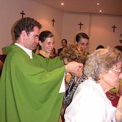 P. José Alfredo impôe o escapulário de Nossa Senhora do Carmo